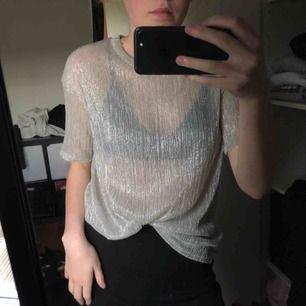 Silvrig mesh t-shirt, assnygg och festlig men skön, från sparkle and fade