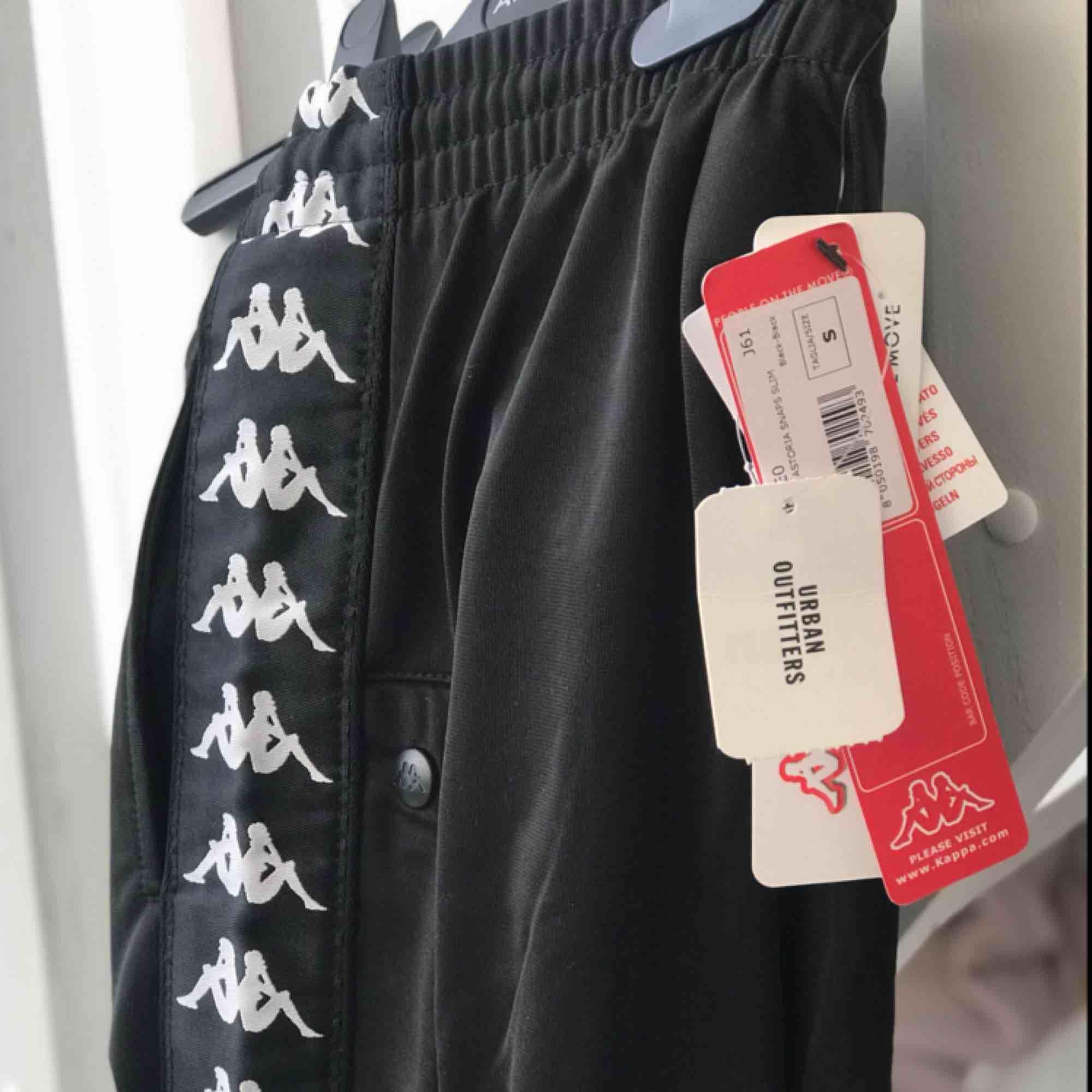 Oanvända kappa byxor från Urban Outfitters. De har knappar på sidorna som går att knäppa upp. Säljer pga fel storlek, annars älskar jag dom. Jättesköna. Likadana byxor går att hitta i butik för 470-750kr. . Jeans & Byxor.
