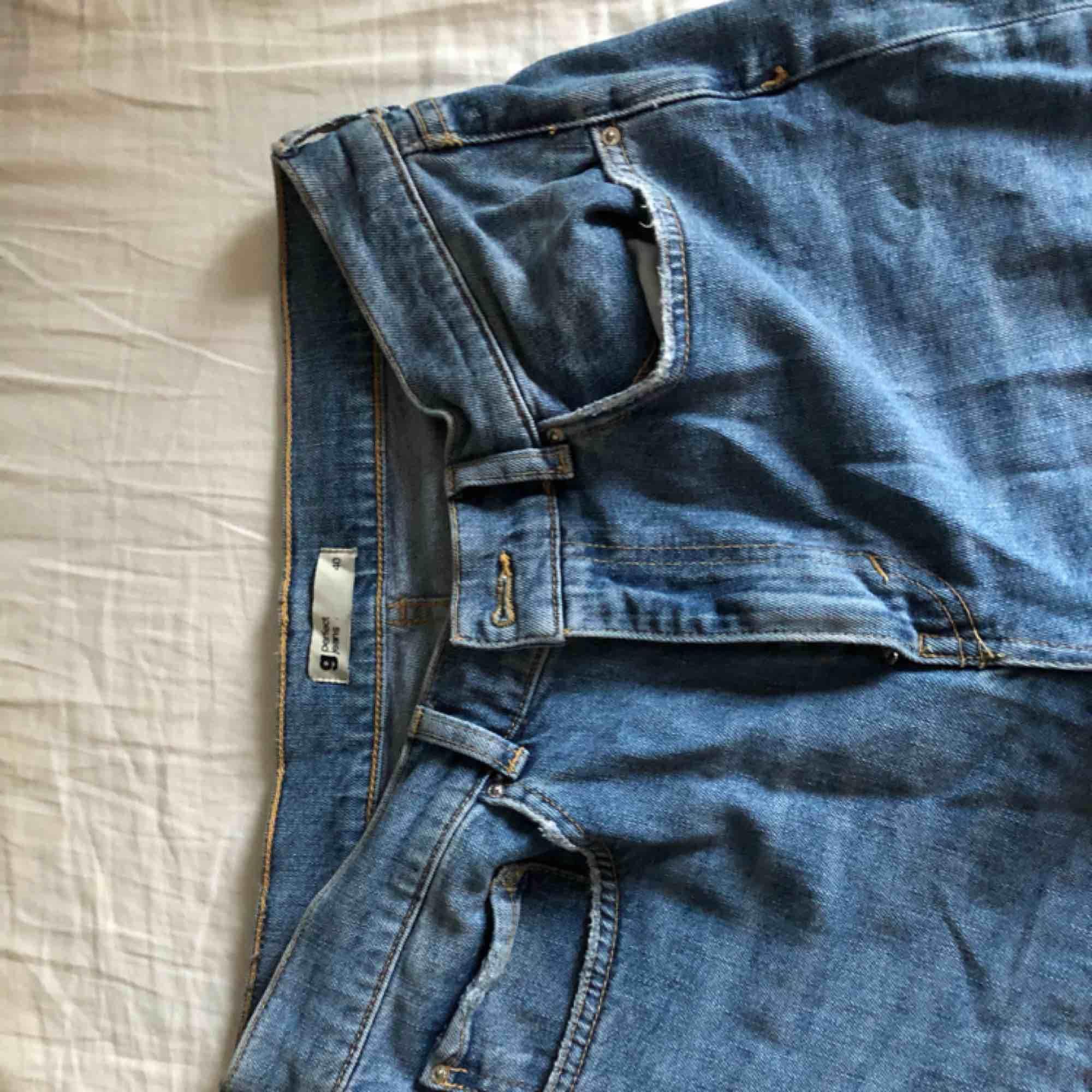 Mom jeans från Gina, med slitningar nere. Jeans & Byxor.