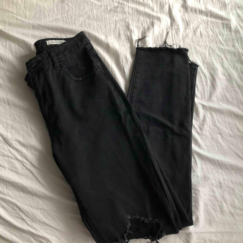 Svarta jeans i modellen straight från Zalando, aldrig använda då jag hae köpt ett par andra svarta jeans. 200kr +frakt. Jeans & Byxor.