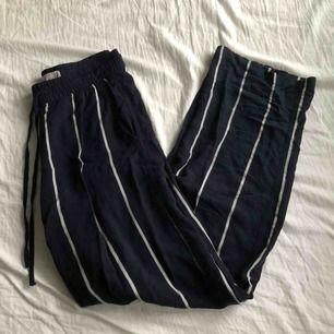 Mina favorit byxor från H&M i Spanien har blivit för små så säljer de vidare, sparsamt använda och skönt material. Jag är 175cm. 80kr +frakt 💞