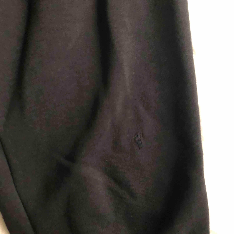 Svarta nike mjukisbyxor. Litet hål på vänstra knät men har sytt för det så det syns knappt. 100kr +frakt 💘. Jeans & Byxor.