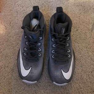 Ett par inne Nike skor( air max infuriate mid), hög vid ankeln, den ska ge bra stöd till foten och ger bra grepp mot golvet!!Har använt dem två gånger men var tyvärr förstora