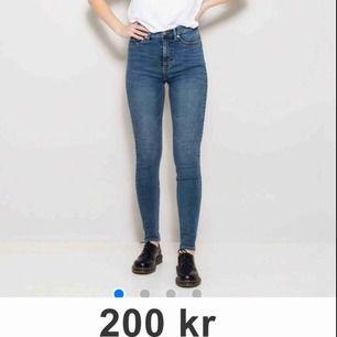Stretchy skinny jeans från Lager 157. Aldrig använda men säljer pga fel storlek. Kan mötas i Stockholm eller så står köparen för frakten :)