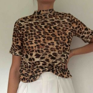 T-shirt i leoprint. Frakt + 30kr! 💫