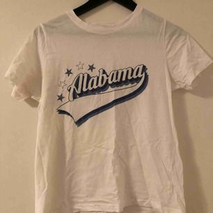 En vit vanlig t shirt (dåligt ljus) bra skick,