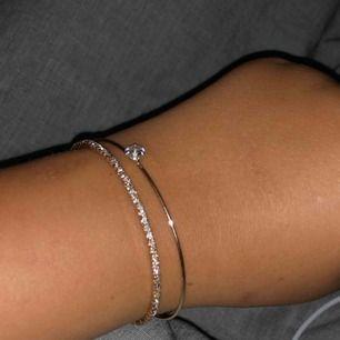 Sjukt fina armband. Måste tyvärr sälja eftersom ja inte använder guld smycken längre o de kommer inte till användning. 70kr + 10kr frakt (gratis vid snabb affär)☺️🌸 ‼️endast swish‼️