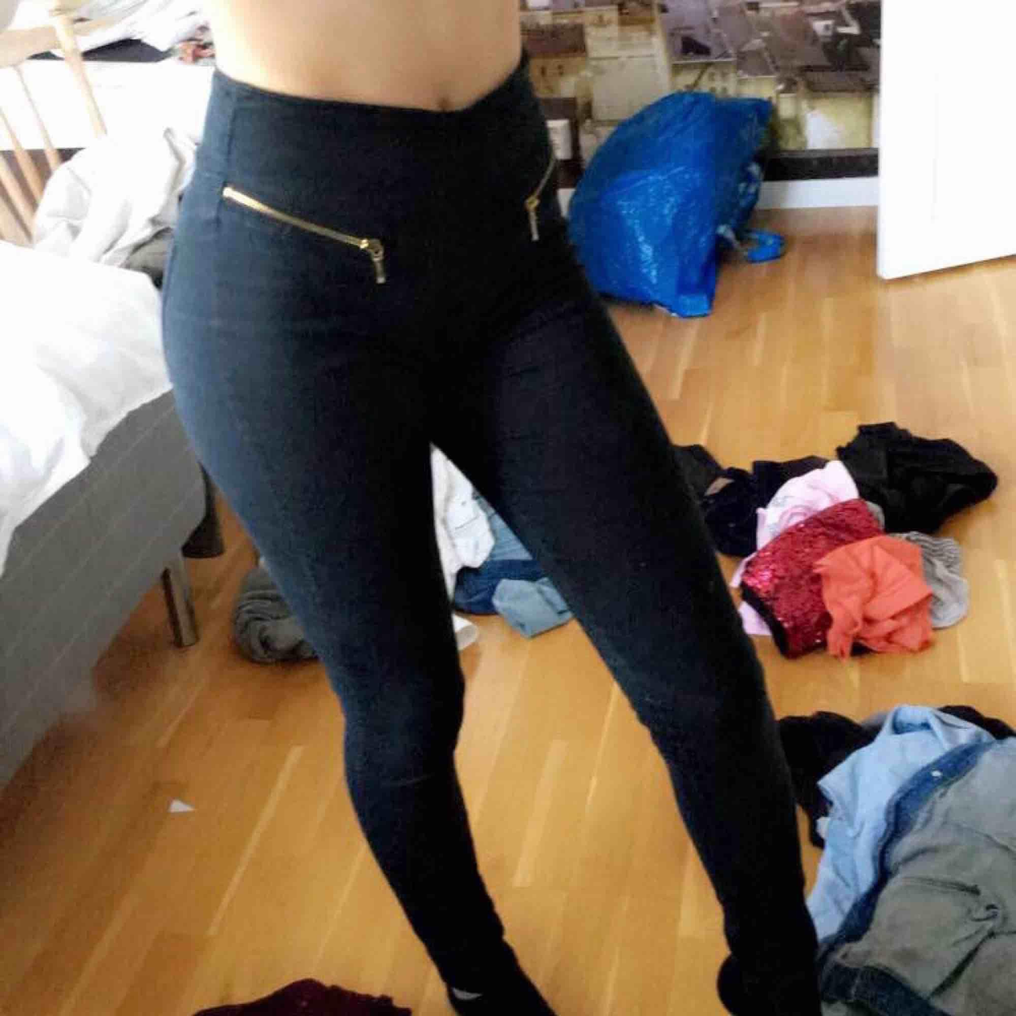 Helt oanvända svarta jeans med gulddetaljer  Från VeroModa  Nypris 499kr  Kan fraktas eller hämtas upp. Jeans & Byxor.