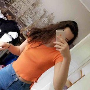 Orange T-shirt från GinaTricot Nypris 199kr  Aldrig använd  Kan fraktas eller hämtas upp