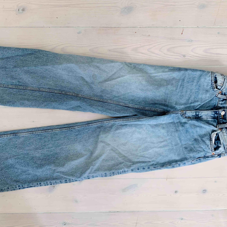 Ljusblåa jeans från Monki 🍓. Jeans & Byxor.