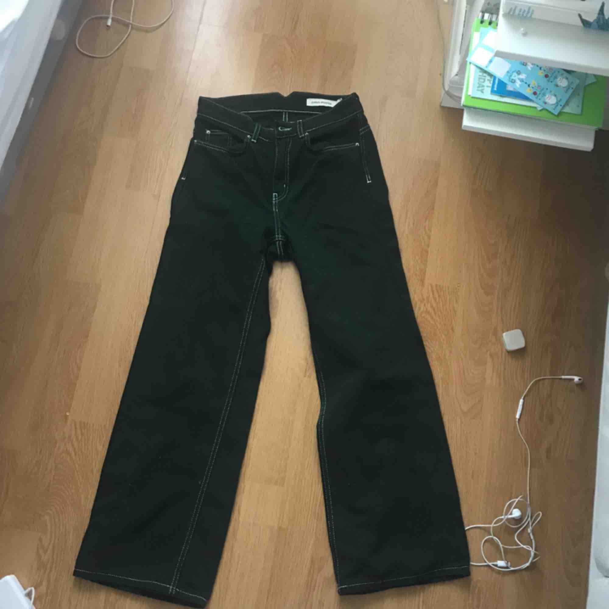 Ett par skitsnygga gröna jeans från Carin Wester! Köpta här på plick, men tyvärr för små, så jag säljer vidare dem. Storlek 34 men passade inte mig som vanligtvis har det. . Jeans & Byxor.