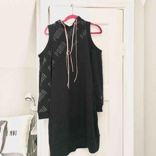 Hoodie-klänning från Puma med hål på axlarna. Enorm och mysig!! Jag har storlek XS och den slutar nedanför mina knän. Bäst av allt: den har fickor.