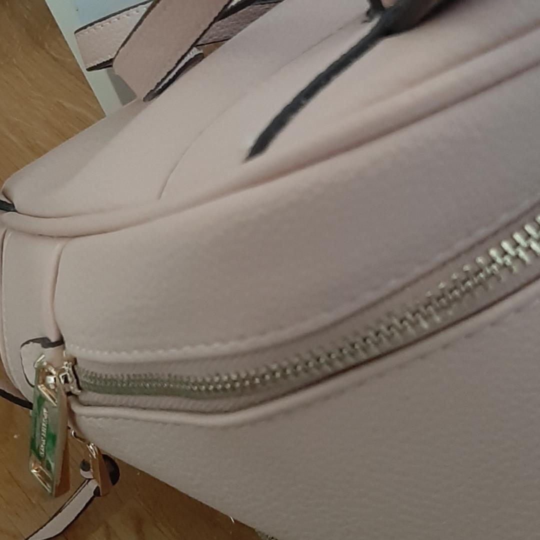 Ljusrosa Michael kors väska, knappt använd. Guld detaljer. Fraktar endast då jag ej har möjlighet att mötas upp😀 Budning pågår. Väskor.