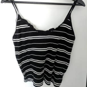Fint svartvitt sommar linne från BikBok. Aldrig använt pga fel storlek så den är i nytt och fint skick!