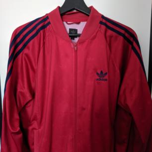 Röd och blå adidas tröja. Köpt från humana, riktigt snygg men lite stor för mig tyvärr.. Fynda!