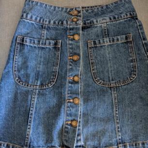Riktigt gullig jeanskjol från bikbok, endast använt ett fåtal gånger!