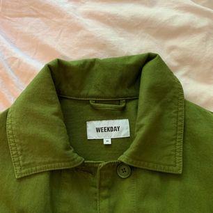 """Säljer min nyinköpta jacka från Weekday då jag knappt har använt den och behöver rensa ur garderoben lite. Jackan är i storlek """"XS"""" men den är mer som L/XL!! Köparen står för frakt 🌈🌟"""