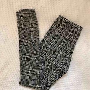 Ett par sköna och fina byxor från Gina Tricot i storlek S! Byxorna kan fraktas men köparen står för frakten (30kr). Jag kan även mötas upp i Lund-området🦋