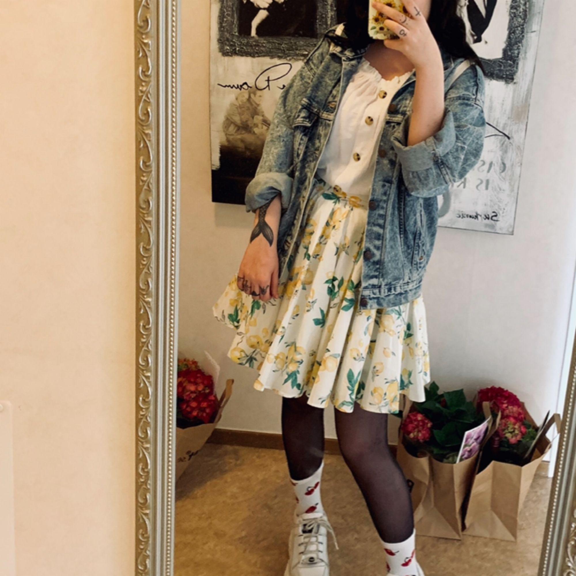 """en fin och """"fluffig"""" kjol från H&M, använd en gång! 🌻 köparen står för frakt 💥. Kjolar."""