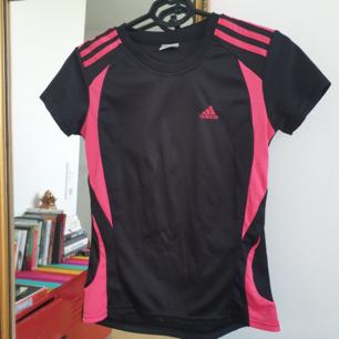 Adidas träningströja storlek M Kan skickas annars finns i Malmö