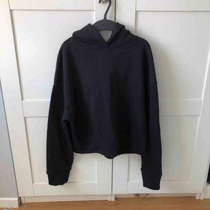 Svart fin hoodie från Zara. Använd ett fåtal gånger. Storlek M men skulle säga att den sitter mer som en S. Den är i fint skick och köparen får stå för frakt!☺️