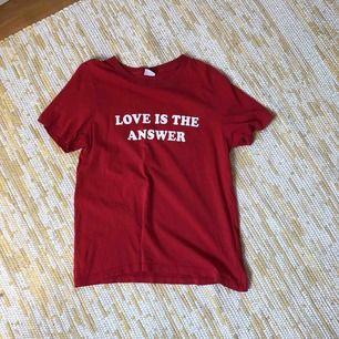 Fin T-shirt från H&M. Sparsamt använd & är i fint skick. Storleken är M men sitter som en lite oversized  S. Köparen står för frakt ❤️