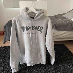 Äkta Thrasher hoodie, det är väl använd men fortfarande i fint skick! Möts i Uppsala eller så står köparen för frakten