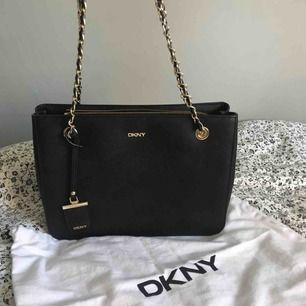 DKNY väska Äkta! Köpt för 3800kr  Säljer för 1500kr Använd 1 gång Förlåt för dåliga bilder!