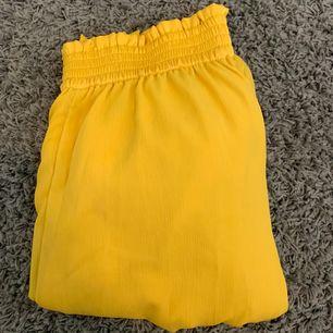 gula byxor från H&M, aldrig använda. köparen står för frakt! ☀️