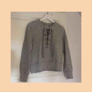Snygg grå tröja från gina tricot med snörning vid brösten || storlek S || säljer för 90kr + frakt 🌟