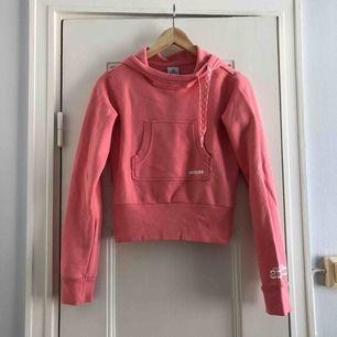 En croppad hoodie från Adidas. Storlek 38/medium, damstorlek. Skick: 8/10. Levereras nytvättad. Finnes på Södermalm, Stockholm. Kan postas men då står Du för frakten, (79kr). Mvh Marija & Nugget