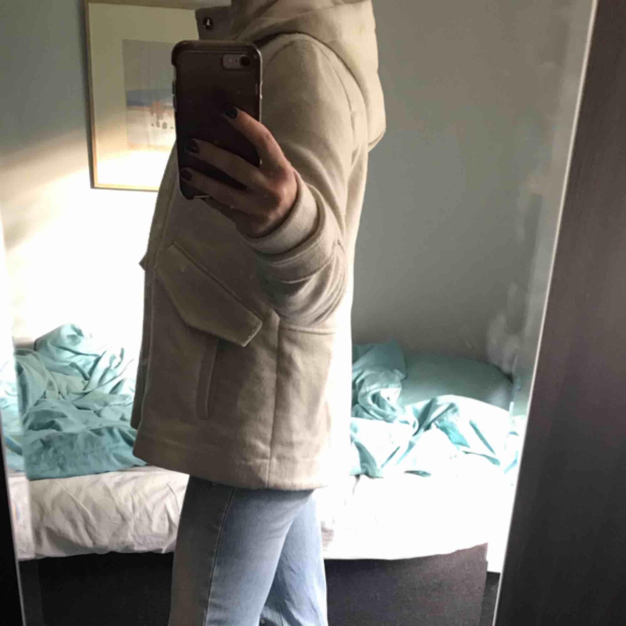Mellankort vit kappa med stor luva från zara perfekt till höst vinter och tidig vår. Köparen står för frakt. Jackor.