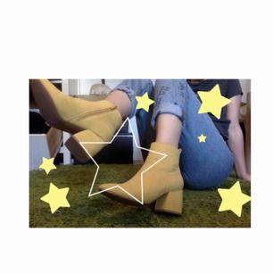 💛 Skitballa gula klackar !! 💛 Kan lyfta vilken outfit som helst ;)  Några få mindre fläckar som knappt syns.  Köpta för 400kr, frakt ingår 💖