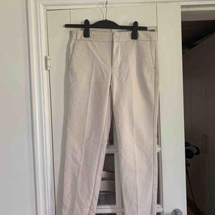 Supersnygga beiga kostymbyxor från Mango. Använda 2 gånger. Frakt tillkommer.
