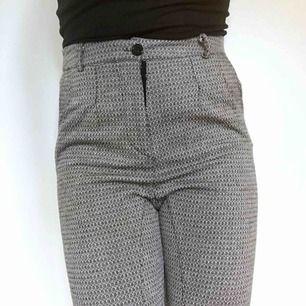 Superfint mönstrade ankellånga byxor!Kostymbyxliknande. Passar någon med bredare höfter eller loose-fit med för någon med smalare höfter. Avsmalnande byxben. Hylsor för skärp. Frakt 55kr.