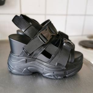 Helt nya skor som tyvärr var för små var 39 men passar 37! Frakt tillkommer på 115kr