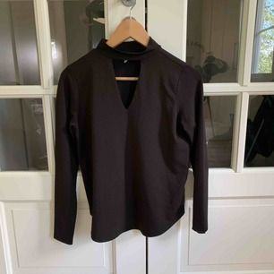 Superskön tröja med en cut-out under kragen. Använd 2 gånger. Frakt tillkommer