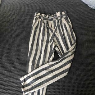 randiga kostymbyxor ifrån Berskha! säljes pga för små! köparen står för frakt!