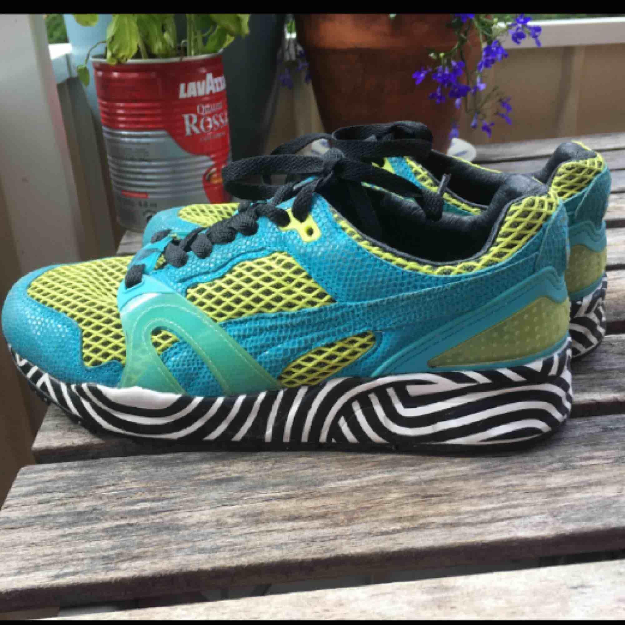 Väldigt unika Puma by Solange skor, fint skick överlag men ränderna har suddats ut lite grann på vissa stället. Frakt tillkommer :). Skor.