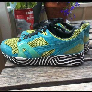 Väldigt unika Puma by Solange skor, fint skick överlag men ränderna har suddats ut lite grann på vissa stället. Frakt tillkommer :)
