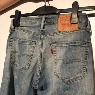 Den perfekta färgen och fitting på de ikoniska Levis jeansen. De är mittemellan hög och lågmidjade och är lite boyfriendaktiga, alltså inte supertighta i benen men oh lord de sitter fantastiskt vid rumpan! Storlek S!