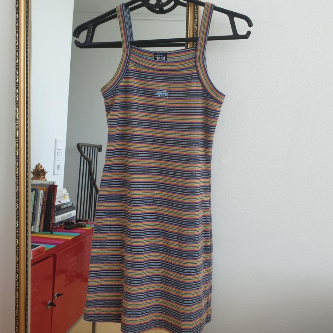 Säljer denna fina äkta 90tals klänning från Stüssy. Storlek xs den är kort och tajt. Har fler bilder som jag kan skicka. Frakt ingår i priset! Annars möts upp i Malmö  . Klänningar.