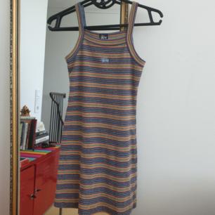 Säljer denna fina äkta 90tals klänning från Stüssy. Storlek xs den är kort och tajt. Har fler bilder som jag kan skicka. Frakt ingår i priset! Annars möts upp i Malmö