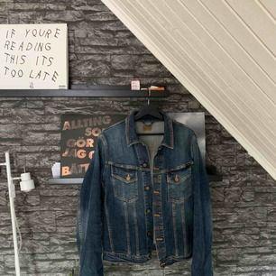 Mörkblå jeansjacka köpt på Volt för 1500kr. Jag tror att den är M men den passar även S och L beroende på hur man vill att den ska sitta. Näst intill oanvänd. Köparen står för frakten.