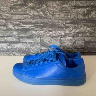 Adidasskor i storlek 41.5 som passar även om man har 42. Köpta på någon skoaffär i Köpenhamn för ca 800kr. Inget fel på skorna och de är sparsamt använda. Köparen står för frakten.