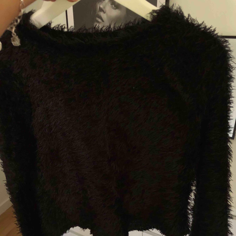 Fluffig balongärmad tröja från Gina Tricot. Frakt tillkommer. Stickat.