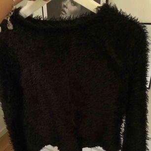 Fluffig balongärmad tröja från Gina Tricot. Frakt tillkommer