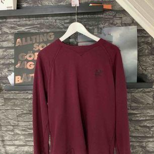 Adidaströja i storlek M. OBS den är mörkare än på bilderna. Köparen står för frakten.
