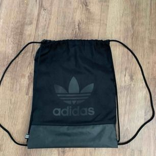 Adidasväska som knappt är använd. Man får plats med mer än vad man tror. Köparen står för frakten.