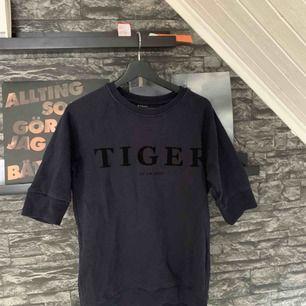 Tiger of sweden-tröja med ärmlängder till armbågarna. Sparsamt använd och tröjan är inte så stel som den ser ut på bilderna. Köparen står för frakten.